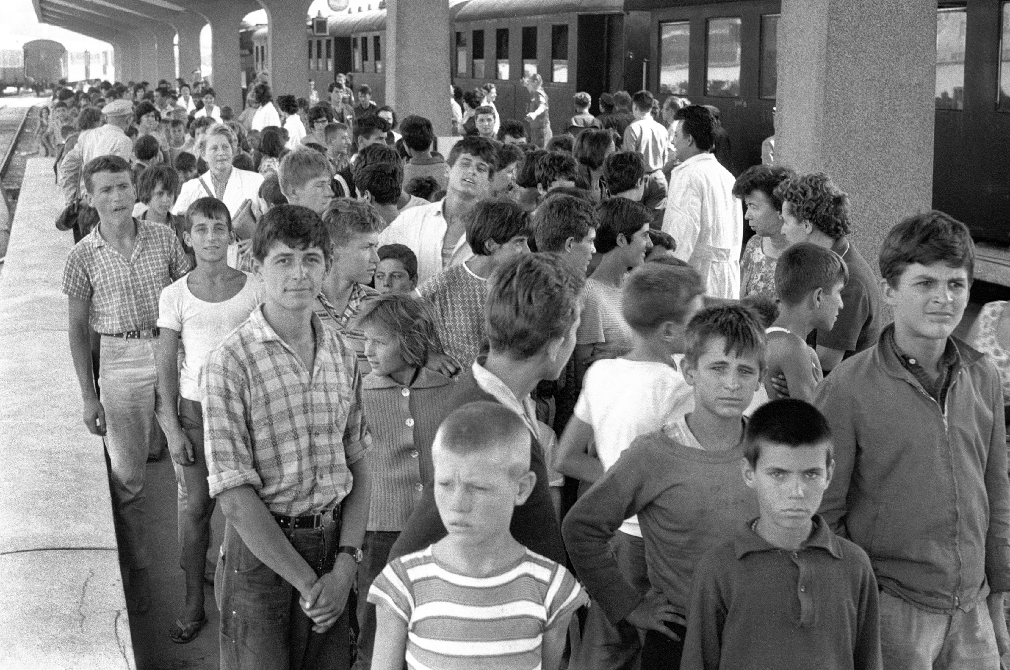 Prihod_otrok_iz_Skopja_ki_ga_je_prizadel_hud_potres_1963